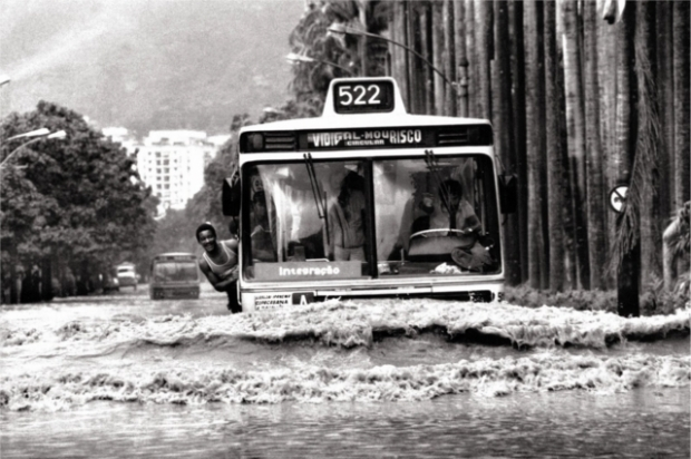 Ônibus navegando na Rua Jardim Botânico