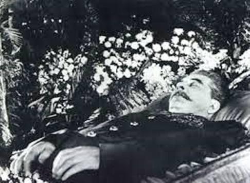 Stalin - o sanguinário embalsamado no caixão