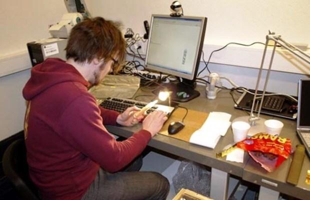 Técnico trabalhando na sala de controle dentro da Arca