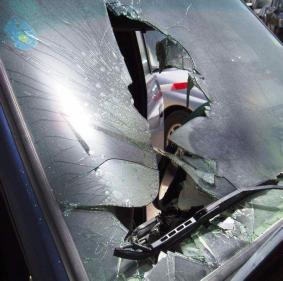 Explosão de celular no portaluvas de um automóvel