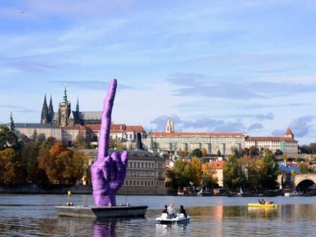 Escultura de David Cerny, feita para criticar a aproximação do governo tcheco com o Partido Comunista