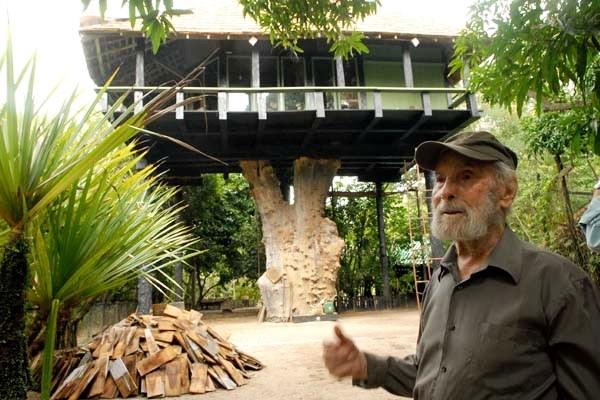 Casa em Nova Viçosa, onde vive a sete metros do chão