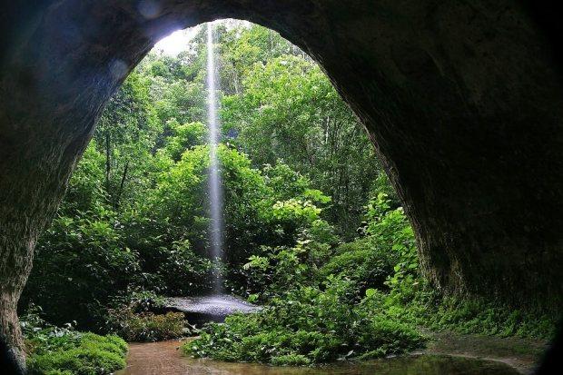 Caverna escondida na mata