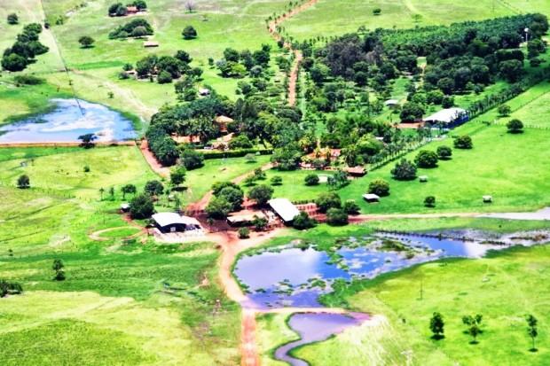 Prédios, reservas florestais, vias internas, cercas, portões, açudes, terra arada, culturas plantadas, etc