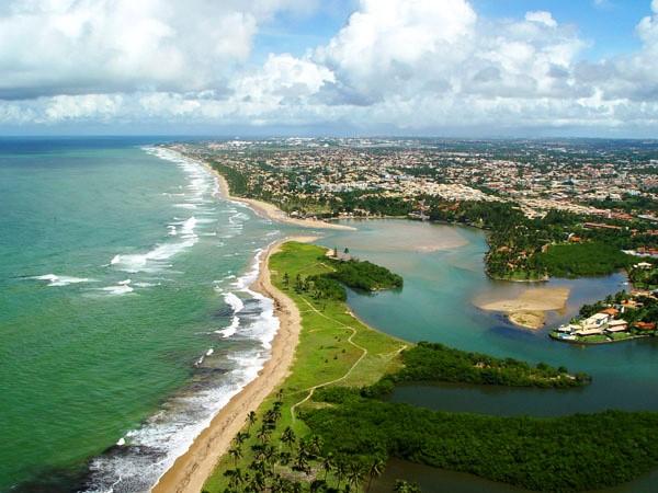 Vista aérea da Praia do Buraquinho, ao norte de Salvador, Bahia