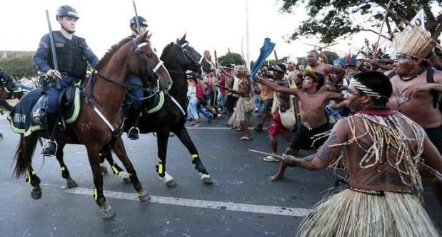 Indígenas invadem e atacam Brasília
