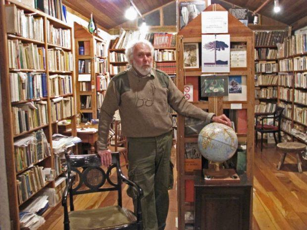 Lino Matheus em sua biblioteca na fazenda