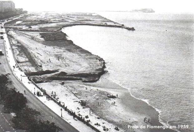 Vista da Praia do Flamengo, com o aeroporto Santos Dumont ao fundo