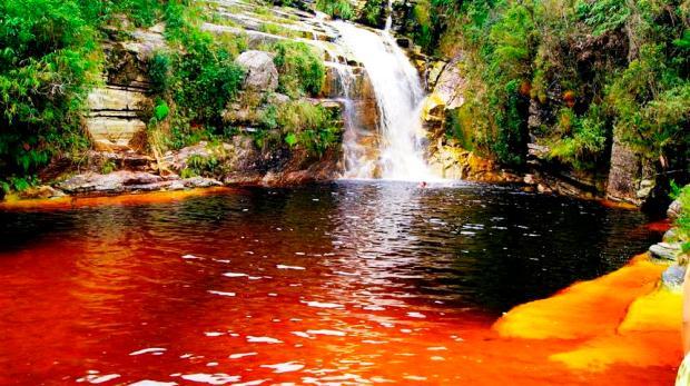 Cachoeira e lago formado no terreno