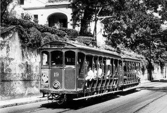 O antigo bonde de Santa Teresa, com carro elétrico e reboque