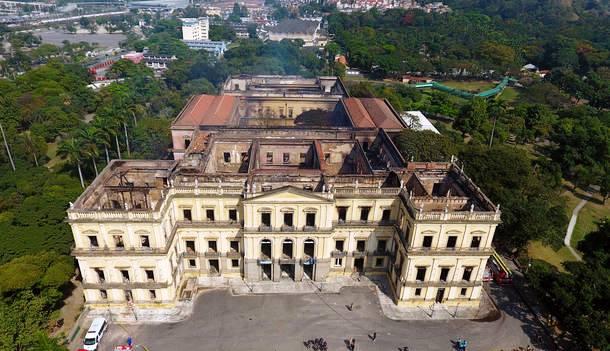 Os destroços do Museu, após 200 anos